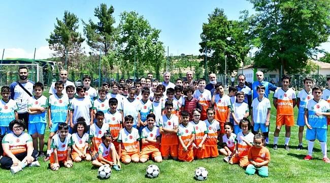 Başkan Çınar, Futbol Okulunu Ziyaret Etti